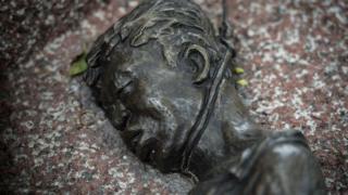 Una escultura recuerda a uno de los estudiantes muertos en 1976 en Tailandia.