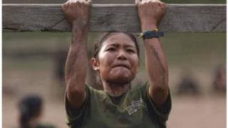 Free Burma Rangers တပ်ဖွဲ့ဝင်အမျိုးသမီးတစ်ဦး