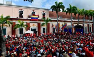 Multidão assiste a anúncio que Nicolás Maduro, presidente da Venezuela, faz a partir da sacada do palácio de Miraflores, a sede do governo do país