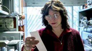 Физик Ульяна Хомюк (Эмили Уотсон) трагедиянын себебин аныктоого аракет кылат