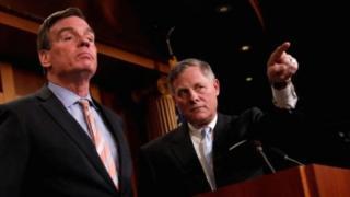 Le démocrate Mark Warner (G) et Richard Burr, le président du Comité du renseignement du Sénat