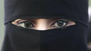 burka, Muslims, Muslim woman wearing a niqab veil, मुसलमान, मुस्लिम महिलाएं, बुर्का, नक़ाब