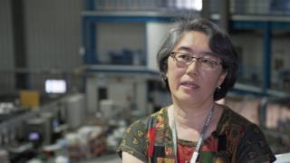 Liu Lin dentro do atual síncrotron brasileiro, o UVX