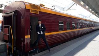 El conductor del tren turístico ruso que viaja por el Ártico se asoma desde la formación.