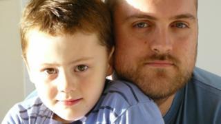Elliot, que tiene autismo, con su padre, Ian.