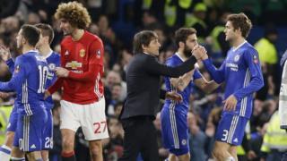 Huấn luyện viên Chelsea Antonio Conte bắt tay các cầu thủ sau trận thắng Manchester United hôm 13/3