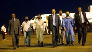 Les trois otages libérés à leur arrivée à l'aéroport de Khartoum