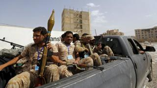 Houthi rebel fighters sit inside a pick-up truck in Sanaa (10 July 2015)