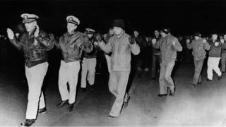 यूएसएस पुएब्लो पर तैनात अमरीकी नौसैनिक (फ़ोटो: KCNA)