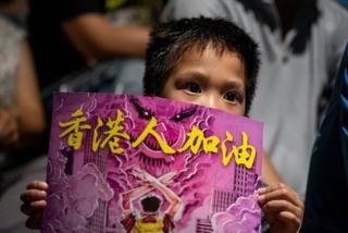 Một em nhỏ tham gia biểu tình ở Hồng Kông.