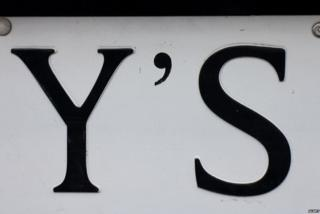 Apostrophe on a road sign