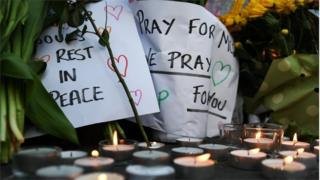 爆弾攻撃のあったマンチェスターでは追悼集会に数万人が集まった(23日)