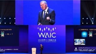 """2019年8月,汤姆·米切尔在上海""""世界人工智能大会""""上发言"""