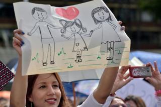 Mujer protesta a favor de la familia tradicional en Colombia