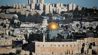Jérusalem désigné sous le nom Al-Qods, abrite la mosquée Masjid-Al Aqsa, le troisième lieu saint de l'islam après la Kabba et la mosquée de Médine où repose le prophète Mohamed.