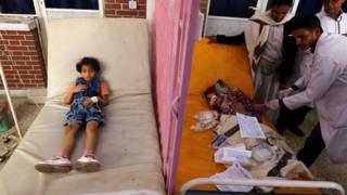 Yemeni doctors dey treat sick pickin