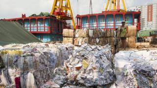 在香港被运到码头的废纸