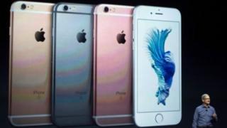 Cette fonctionnalité, qui revient de fait à ralentir le smartphone à certains moments, a été étendue à l'iPhone 7 fonctionnant sous la dernière version du système d'exploitation mobile iOS 11.2.