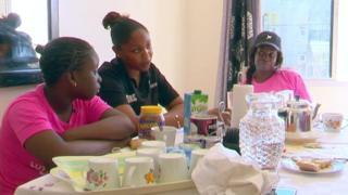 Une famille confrontée au diabète au Sénégal, essaie de manger plus sain et moins sucré.