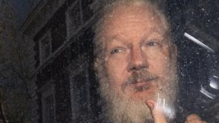 Assange en el momento de su detención en Londres en abril de 2019.