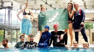 نساء محتجات على قواعد ملابس السباحة