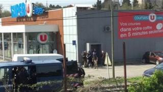 Bên ngoài siêu thị Super U shop ở thị trấn Trebes