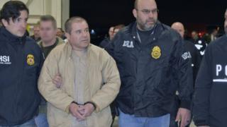 El Chapo, junto a un agente de la DEA: