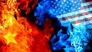 Banderas de China y EE.UU. quemándose.