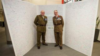 Lt Col David Whimpenny and Lt Gen Richard Nugee pose with the record-breaking card
