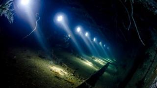 Останки греческого сухогруза Giannis D у берегов Египта: солнечные лучи, пробивающиеся через иллюминаторы, добавляют драматичности этой картине
