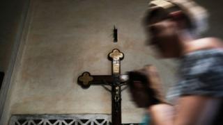 Mulher reza na Basílica de Santa Maria, em Roma