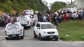 Famílias de presos aguardam informações na porta do Compaj