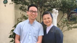 Trần Quốc Toản cùng sơ Maria Lang trước cửa nhà thờ công giáo ở Kawaguchi, nơi anh dạy tiếng Nhật tình nguyện cho nhiều du học sinh/thực tập sinh người Việt