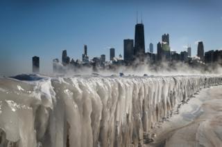 سطح یخزده دریاچه میشیگان در شیکاگو آمریکا، ژانویه 2019