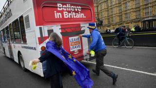 Buse pro Brexit empujado por remainers