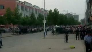 толпа около детского сада