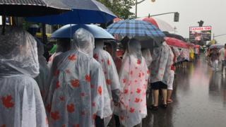 Канадцы под дождем в день 150-летия страны 1 июля 2017 года