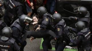 İspanyol polisi Barcelona'da bir kadının oy vermesini engelliyor