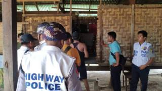 ရဲကင်းမှာရဲတပ်သားတစ်ဦးဟာ ဘယ်ဘက်လည်ပင်းမှာ လေးလက်မကျော် ခန့် ပြတ်ရှဒဏ်ရာနဲ့ အသတ်ခံ ရတာပါ။