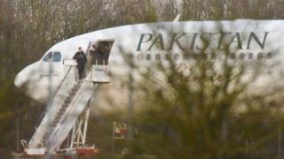 Police masuk sesaat setelah pesawat mendarat di Stansted.