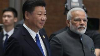 ડાબે ચીનના રાષ્ટ્રપતિ શી જિનપીંગ અને જમણે ભારતના વડાપ્રધાન મોદી
