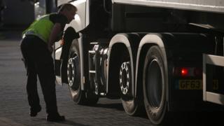 Agentes fronterizos revisan camiones en un puerto británico.