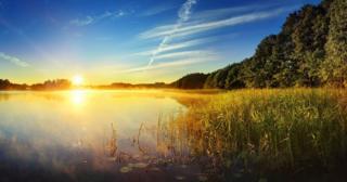 دریاچه مه آلود در طلوع آفتاب