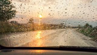 Солнце и дождь сквозь залитое стекло