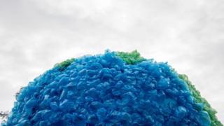 Bola dunia yang dibuat dari plastik di Chile