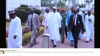 Dans une vidéo postée sur Twitter par son aide de camp, Bashir Ahmad, M. Buhari est apparu, tout de blanc vêtu