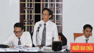 Luật sư Phạm Công Út (đứng giữa) trong một phiên xử ở tòa án