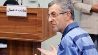 اسفندیار رحیم مشایی به شیوه برگزاری دادگاه اعتراض داشت و گفته بود که او را به زور از زندان به محل محاکمه بردهاند