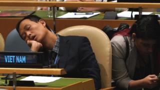 """AFP chú thích rằng """"một thành viên của phái đoàn Việt Nam ngủ khi tham gia phiên họp Đại hội đồng LHQ"""""""