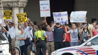 محتجون أمام فندق ترامب الذي استضاف الفعالية